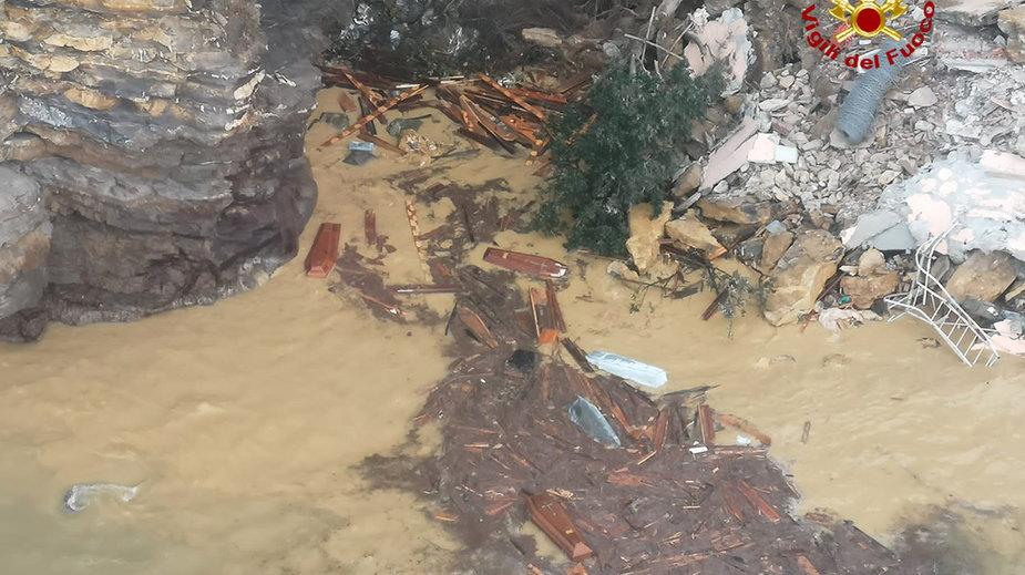 Część cmentarza w Camogli na północy Włoch runęła do morza z trumnami