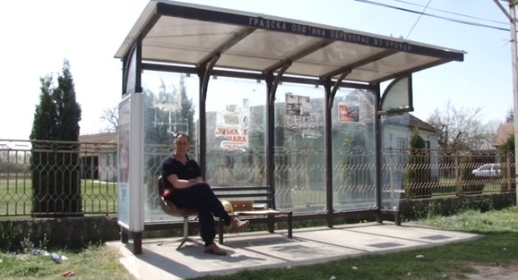 Mnogi meštani se bore za nju: fotelja na autobuskom stajalištu Urovci-Šabački put