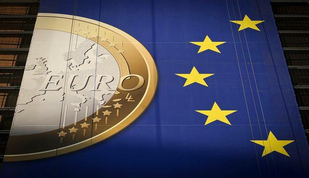 Pozostawanie poza eurolandem jest niebezpieczne, wyjaśniła Huebner, zważywszy na nabierającą tempa debatę na temat pogłębiania integracji eurolandu, w której po nadzorze bankowym, pojawiają się kolejne dzielące Unię pomysły.