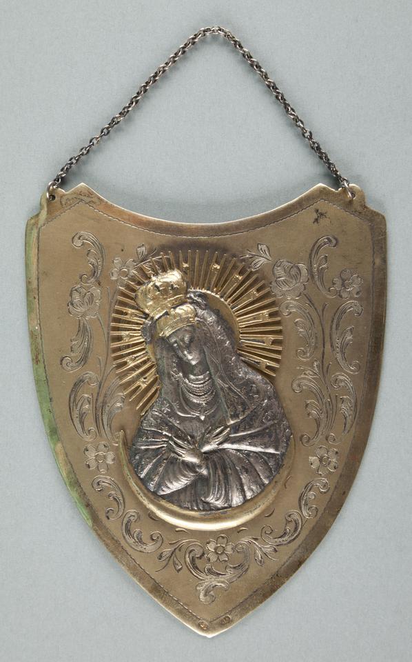 Ryngraf z Matką Boską Ostrobramską, 1944, metal srebro złoto, fot. MNK