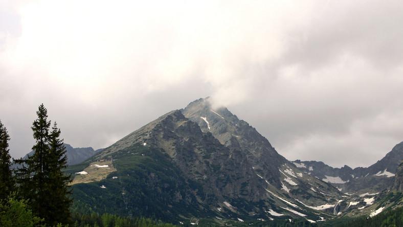 Po ostatnich opadach deszczu szlaki w Tatrach są mokre i śliskie, a na wyżej położonych szlakach zalega jeszcze sporo śniegu