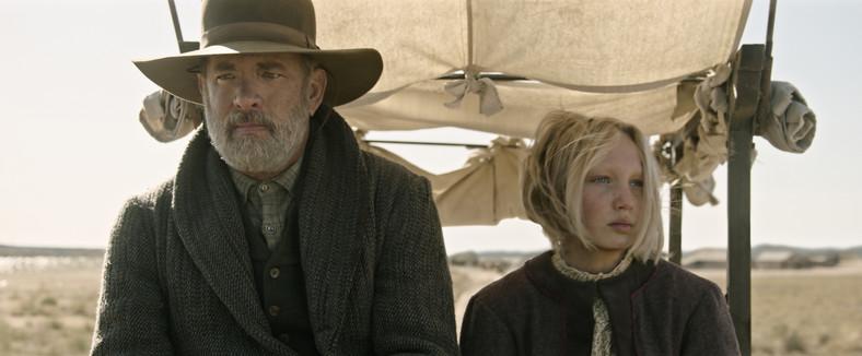 """Tom Hanks jako Jefferson Kyle Kidd i Johanna Leonberger jako Helena Zengel w filmie """"Nowiny ze świata"""""""