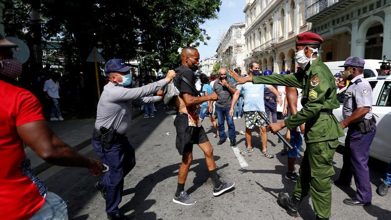 Policja zatrzymuje demonstrantów