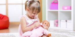 Takie dzieci przytulają lalkę lewą ręką. Twoje też?