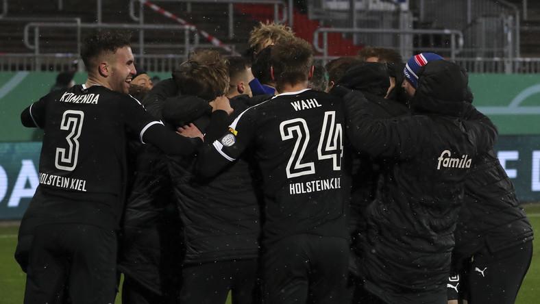 Piłkarze Holstein Kiel świętują zwycięstwo
