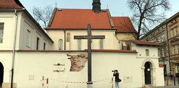 Mur pod krzyżem katyńskim się sypie