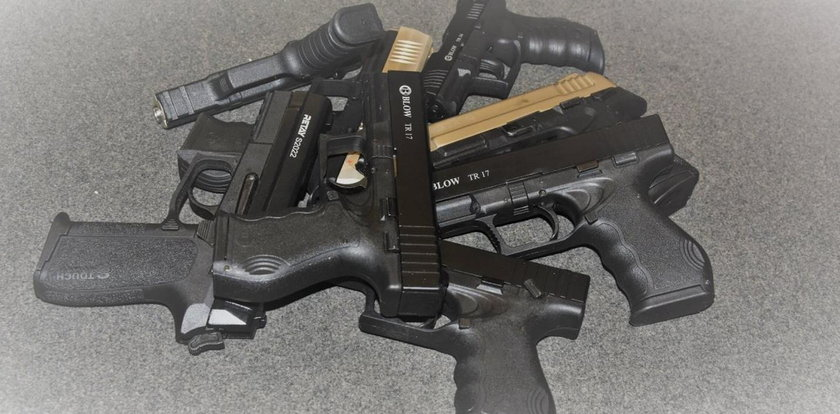 Mężczyzna z 13 pistoletami zatrzymany na lotnisku w Balicach