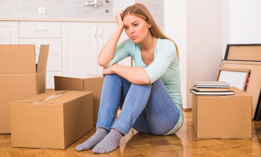 Smutna kobieta w nowym mieszkaniu