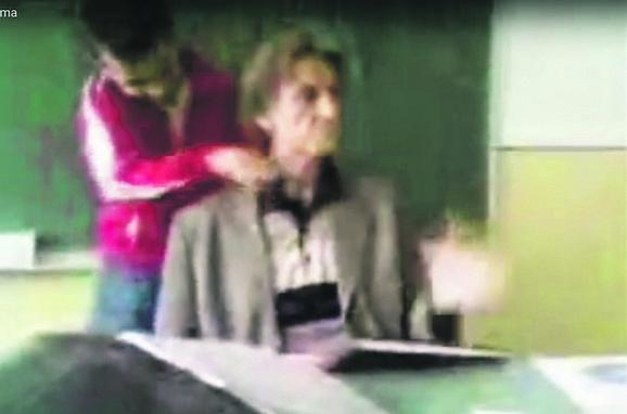 Šok: Učenik prelazi lenjirom preko grla nastavnika