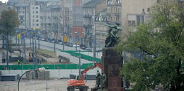 Handlarze i pomnik blokują metro