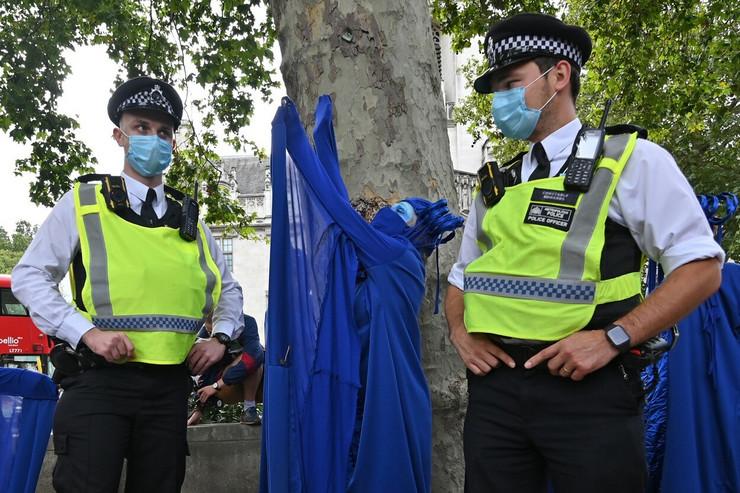 NAPADAJU POLICIJU KAŠLJEM?! Britanci sve više pružaju otpor usljed masovnih protesta i racija na 'rejv partijima'