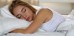 Uważaj! Ta pozycja podczas snu rujnuje twój kręgosłup