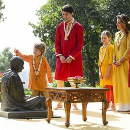 Justin Trudeau z żoną i dziećmi w Indiach. Cała rodzina pokazała się w podobnych strojach