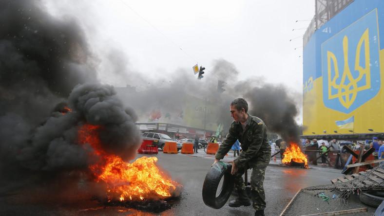 Aktywiści podpalili około 20 opon, tuż przy remontowanym centralnym domu handlowym, na rogu Chreszczatyka i ulicy Bohdana Chmielnickiego.