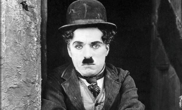 """Charlie Chaplin i Jackie Coogan w filmie """"Brzdąc"""" (1921)"""