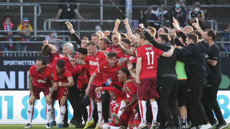 Piłkarze FC Koeln celebrujący utrzymanie się w Bundeslidze