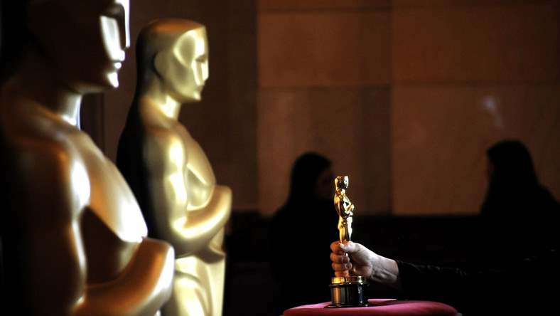 """Niespodzianek nie było, choć na liście nominacji brak (wymienianych wcześniej wśród faworytów) obrazów """"Carol"""" i """"Sicario"""". Ten pierwszy dramat Todda Haynesa powalczy jednak o statuetkę Oscara w sześciu innych kategoriach. Siedem nominacji zebrał """"Marsjanin"""", zaś """"Most szpiegów"""", """"Carol"""" i """"Spotlight"""" powalczą o statuetkę w sześciu kategoriach. W gronie reżyserów zabrakło Ridley'a Scotta oraz Quentina Tarantino. Trzecią szansę na statuetkę dostała za to Jennifer Lawrance, lecz czy wygra Brie Larson (znakomitą w dramacie """"Pokój"""")? Akademicy docenili również wysiłki wielokrotnego zdobywcy Złotych Malin, wracającego do aktorskiej pierwszej ligii – Sylvestera Stallone'ego i jego świetną kreację w """"Creed: Narodzinach legendy"""". W kategorii najlepszy aktor czeka nas gorący pojedynek między Leonardo DiCaprio (to jużpiątą nominacja Leo) a Mattem Damonem. 8. gala wręczenia Oscarów odbędzie się w Los Angeles 28 lutego. Galę w Dolby Theatre w Hollywood poprowadzi Chris Rock."""