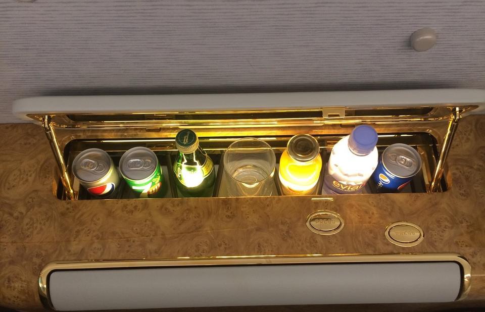 ...każdy pasażer ma też własną mini-lodówkę z napojami.
