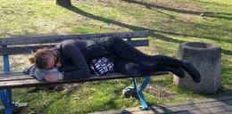 """Kowalczyk śpi na ławce w parku. """"To nie tak, jak myślicie"""""""