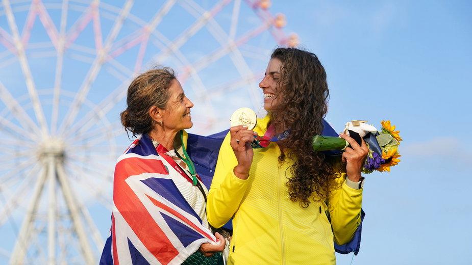 Jessica Fox z Australii (z prawej) ze swoją matką i trenerką Myriam Fox-Jerusalmi, po zdobyciu złotego medalu w Tokio