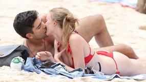 Adrian Grenier baraszkuje z dziewczyną na plaży