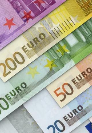 Jak podczas wakacji płacić w krajach, które nie należą do strefy euro