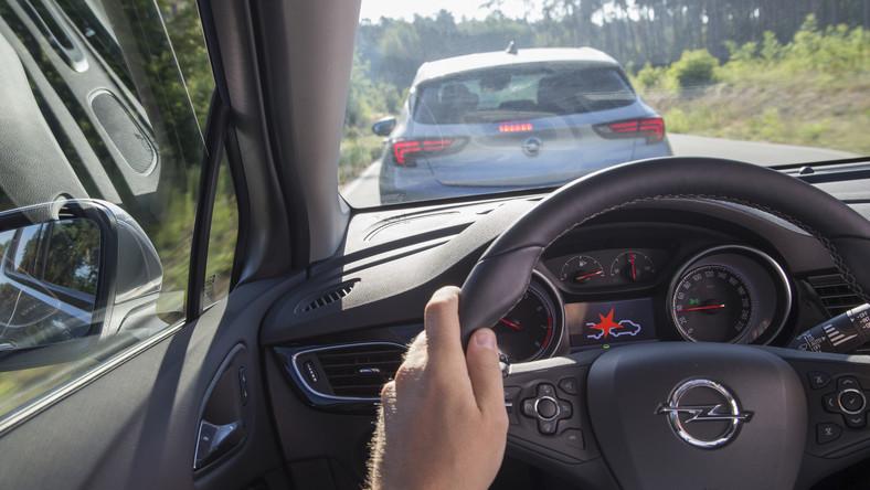 Założona w 1997 roku organizacja New Car Assessment Programme (NCAP), bada zachowania nowych modeli aut podczas testów zderzeniowych. W roku 2015, konsorcjum Euro NCAP po raz kolejny zaostrzyło kryteria testów zderzeniowych czołowych i bocznych, by w ten sposób lepiej oddawały one rzeczywiste warunki podczas wypadków. W najnowszej turze prób sprawdzono zachowanie dziewięciu nowych samochodów. Eksperci zbadali bezpieczeństwo jakie auta zapewniają przy czołowym zderzeniu z odkształcalną przeszkodą przy prędkości 64 km/h (40 procent szerokości auta). Kolejną próbą było czołowe zderzenie ze sztywną przeszkodą przy 50 km/h i całą szerokością pojazdu. Inżynierowie sprawdzili także jak samochody znoszą uderzenie w bok z prędkością 50 km/h oraz uderzenie bokiem w słup przy 32 km/h. Kto buduje najbezpieczniejsze auta? Niemcy, Japończycy czy Francuzi lub Korea? Które modele okazały się najlepsze? Kto nie miał tyle szczęścia i zaliczył kompromitację? W który samochód można zainwestować bez obaw? Oto najnowsza lista…
