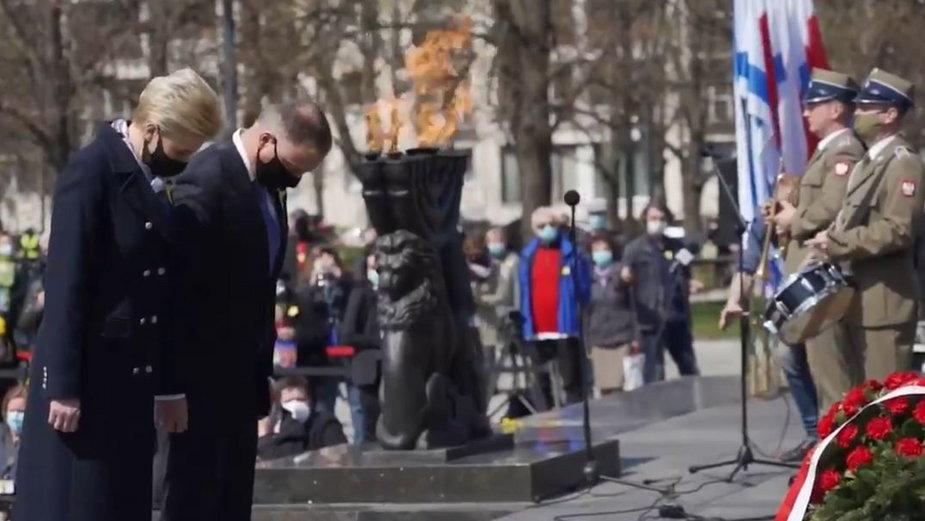 Andrzej Duda przed Pomnikiem Bohaterów Getta