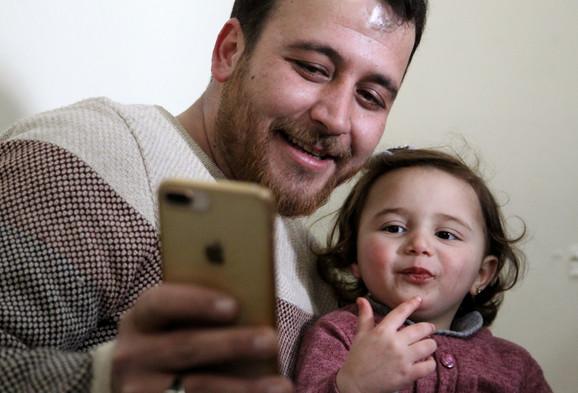 Snimak oca i ćerke izazvao je talas simpatija širom sveta