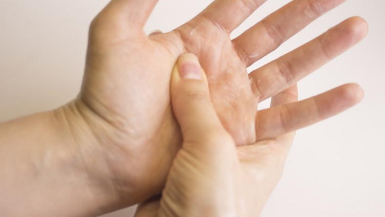 Dłonie. Masaż. Refleksologia