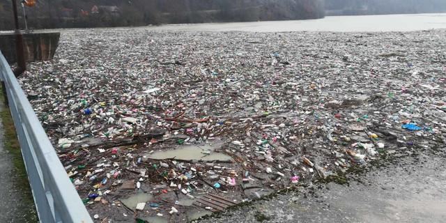 Potpećko jezero zatrpano smećem