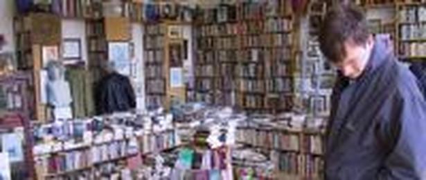 Najpotężniejsza sieciowa księgarnia ma w swojej ofercie 200 tys. tytułów książek. Amazon.com największy internetowy sklep świata oferuje ponad 1,5 mln tytułów.