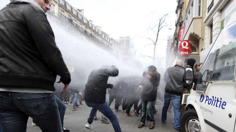 """BBC podaje, że policja interweniowała, gdyż niektórzy demonstranci zaczepiali muzułmanki w tłumie i wykonywali hitlerowskie pozdrowienia. Agencja AFP pisze, że ubrani na czarno nacjonaliści wykrzykiwali: """"Jesteśmy chuliganami!"""", """"Jesteśmy u siebie!"""". AFP podaje, że demonstrantów było około 200, a dziennik """"Derniere Heure"""", że chodziło o około 450 kibiców, którzy przyjechali po południu z miasta Vilvoorde, na północy kraju. W niedzielę w Brukseli miał się odbyć marsz pamięci ofiar zamachów, ale w sobotę został on odwołany na wniosek ministra spraw wewnętrznych Jana Jambona. Argumentował on, że siły policyjne potrzebne są nadal dla bieżących czynności dochodzeniowych. Według mediów mimo zakazu w okolicach Giełdy w niedzielę zebrały się setki ludzi."""
