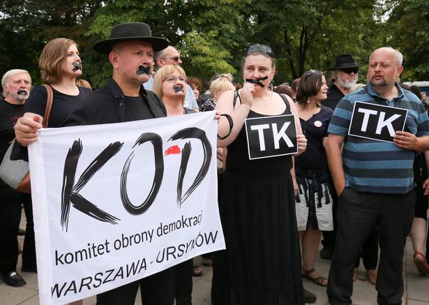 Czarny Protest Komitetu Obrony Demokracji. O godzinie 17.00 w wielu miastach, zarówno w Polsce, jak i za granicą, odbywają się manifestacje KOD przeciw rujnowaniu niezależności Trybunału Konstytucyjnego