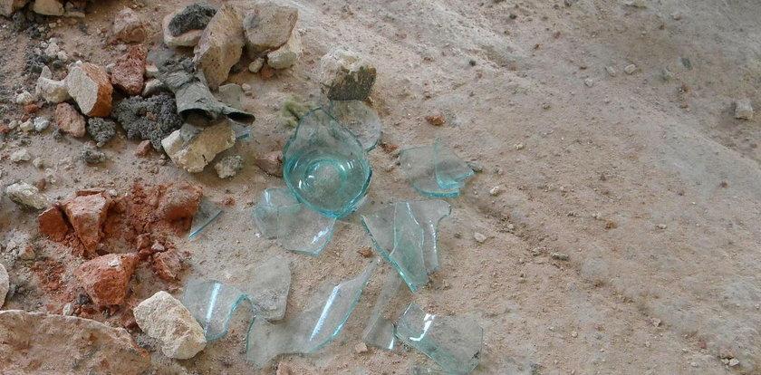 Zdenerwowały ją dzieci, więc rzuciła w nie szklaną butelką