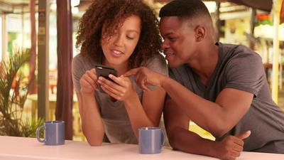 5 signes que quelqu'un vous aime plus qu'un simple ami