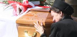 Wdowa po ekshumowanym prezydencie w strasznym stanie! Ukrywają przed nią prawdę!