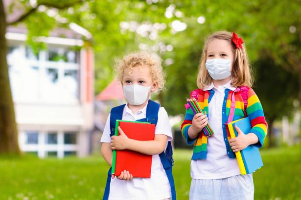 Według zespołu ekspertów kluczową rolę w łagodzeniu lęków odgrywa rozmowa o pandemii i psychoedukacja – dostarczanie informacji na temat tego, jak żyć w pandemii, czy jak radzić sobie ze stresem.