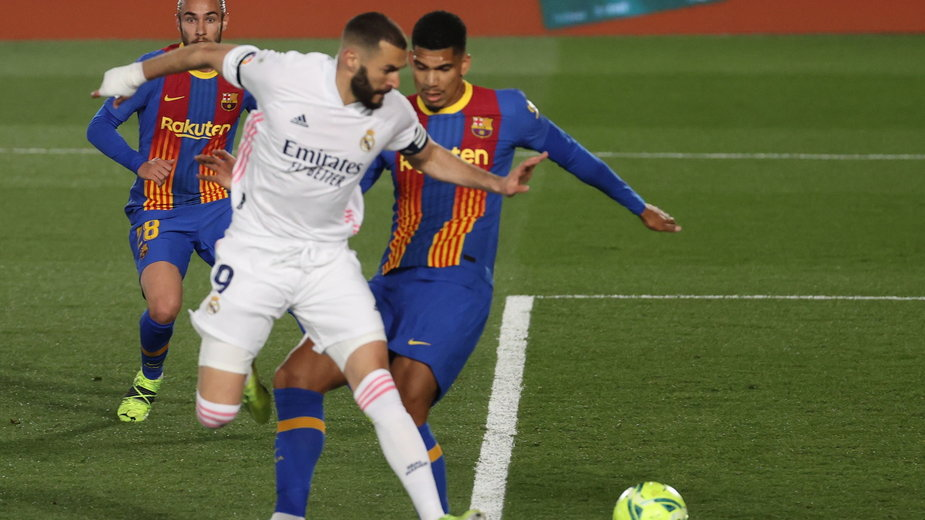 Karim Benzema zdobywa gola w meczu z FC Barcelona