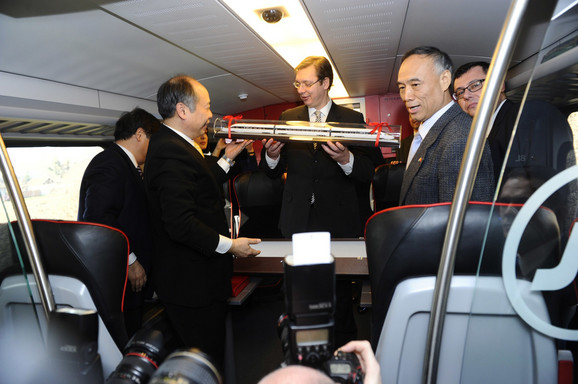 Vučić razgleda maketu voza