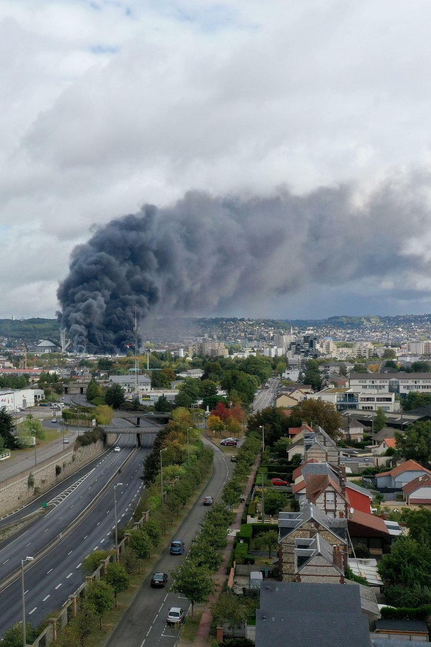 Pożar w fabryce chemikaliów. Groźny dym nad miastem