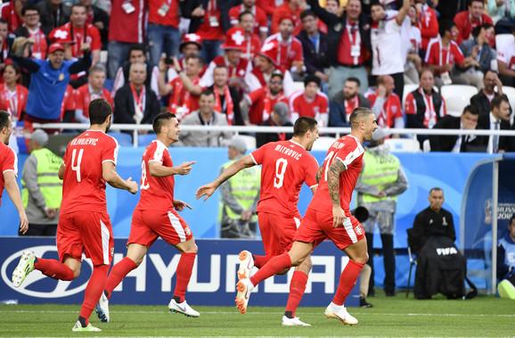 Slavlje naših momaka posle pogotka Aleksandra Mitrovića