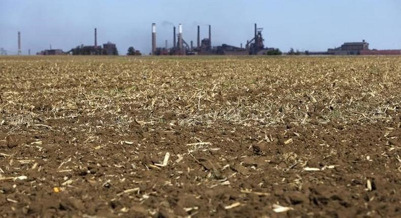 Chimneys from ArcelorMittal steel company are seen behind a dry maize field near Vanderbijlpark? outside Johannesburg, October 1 2015. REUTERS/Siphiwe Sibeko