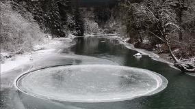 Na rzece pojawiło się idealne lodowe koło, które kręci się wokół własnej osi
