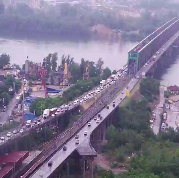 Kolona vozila na Pančevačkom mostu u smeru ka gradu