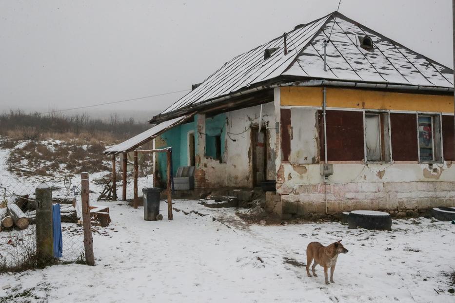 Csenyétén omladozó házakban laknak a közmunkából élő helyiek /Fotó: Grnák László