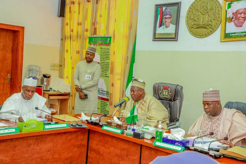 Kano Governor Ganduje and members of his council announce Sanusi's dethronement as Emir (Twitter: @Dawisu)