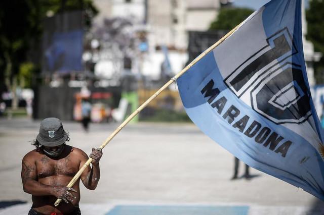 Zastava navijača u čast Maradone