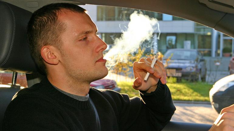 Jak usunąć z auta ślady po papierosach?