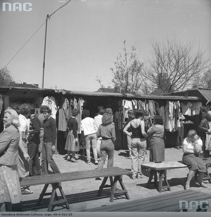 Bazar przy ul. Paderewskiego w Rembertowie, rok 1982.